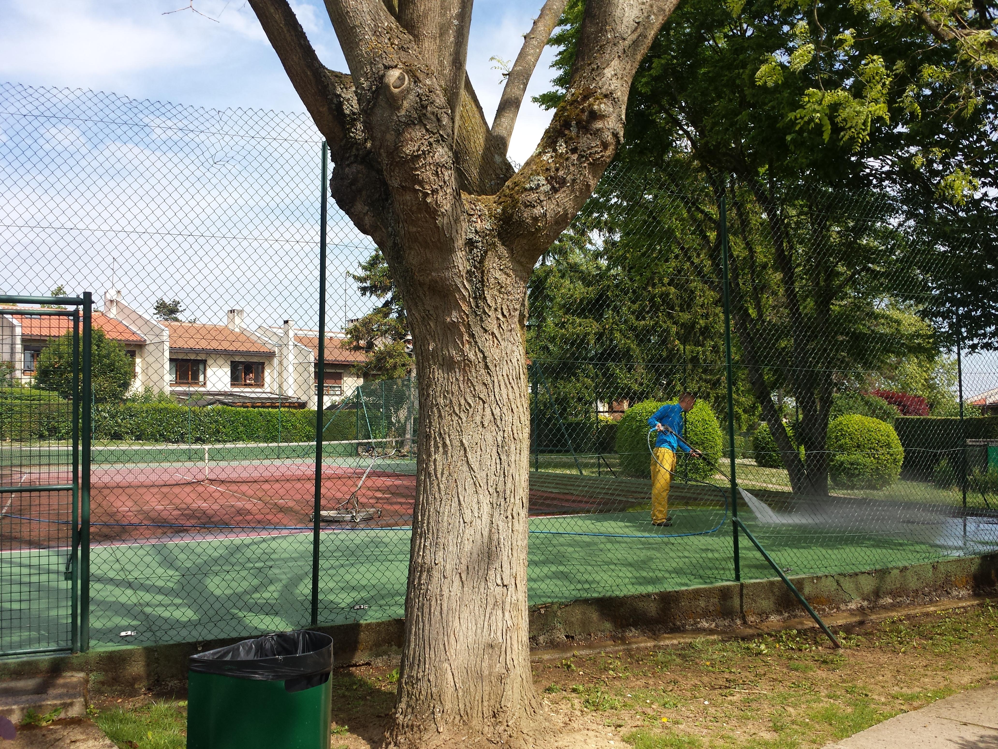 Terrains de tennis rafraichis les hameaux de la roche for Terrain de tennis taille